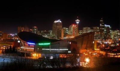 Saddledome y el horizonte de Calgary por la noche Calgary Canadá