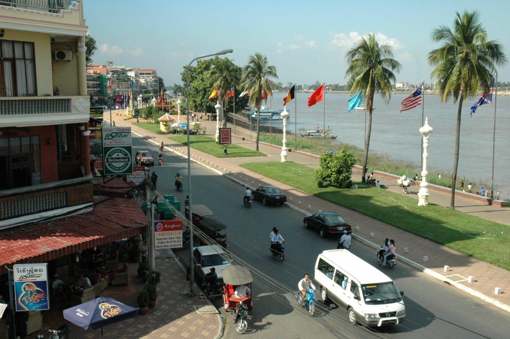 Sisowath Quay visto desde la FCC Pnhom Penh Camboya