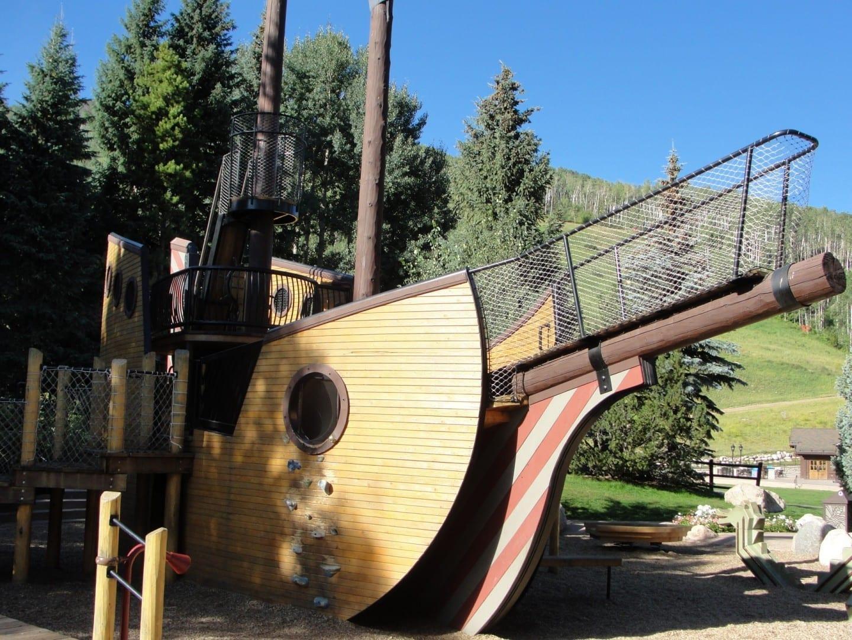 Situado en la base de las pistas de esquí, el Parque del Barco Pirata ha deleitado a generaciones de niños en Vail. Vail CO Estados Unidos
