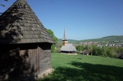 Típica iglesia de Transilvania en el parque etnográfico Cluj Napoca Rumania