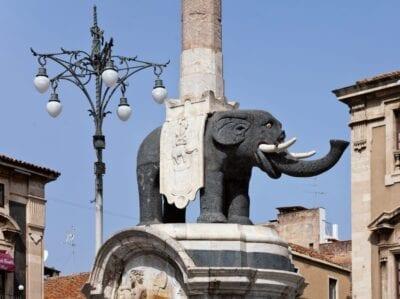 U Liotru - el símbolo de Catania - en la Piazza del Duomo Catania, Sicilia Italia