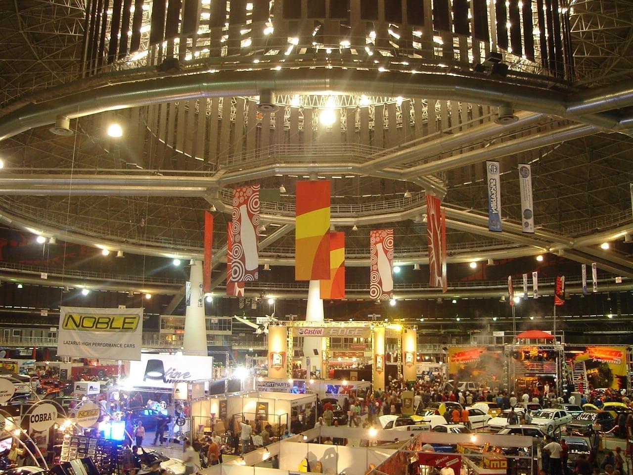 Un espectáculo de autos en la Cúpula de la Coca-Cola Johannesburgo República de Sudáfrica