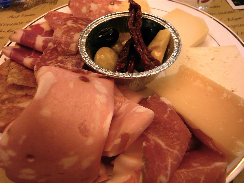 Un sabroso plato de los tradicionales Salumi e Formaggi de Bologna (carne curada y queso) Bolonia Italia