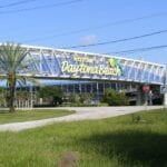 Un saludo de bienvenida a los visitantes al entrar en Daytona Beach y pasar por el Daytona International Speedway. Daytona Beach FL Estados Unidos