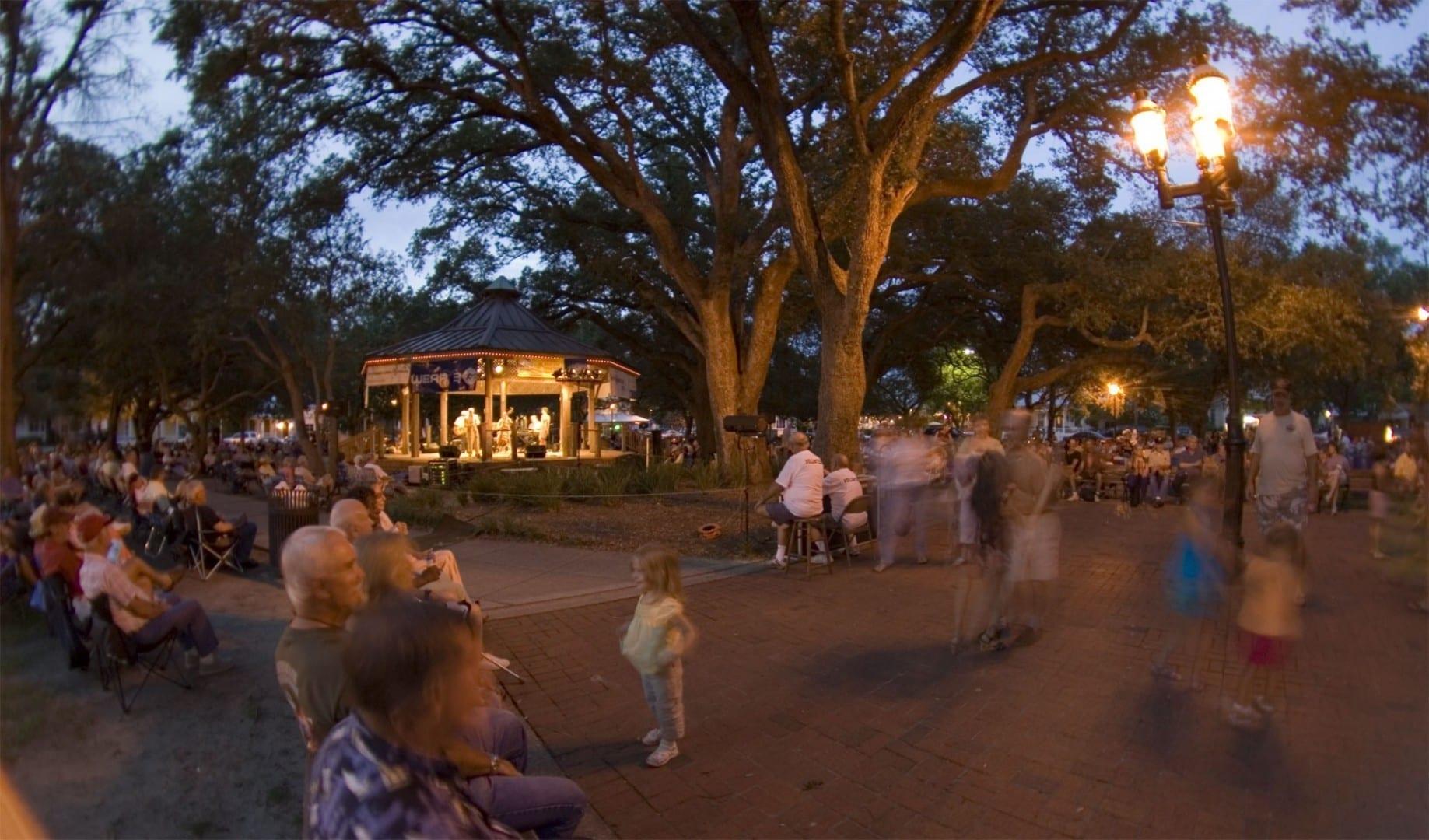 Una banda toca bajo los robles en las tardes en la Plaza de Olde Sevilla. Pensacola (Florida) Estados Unidos