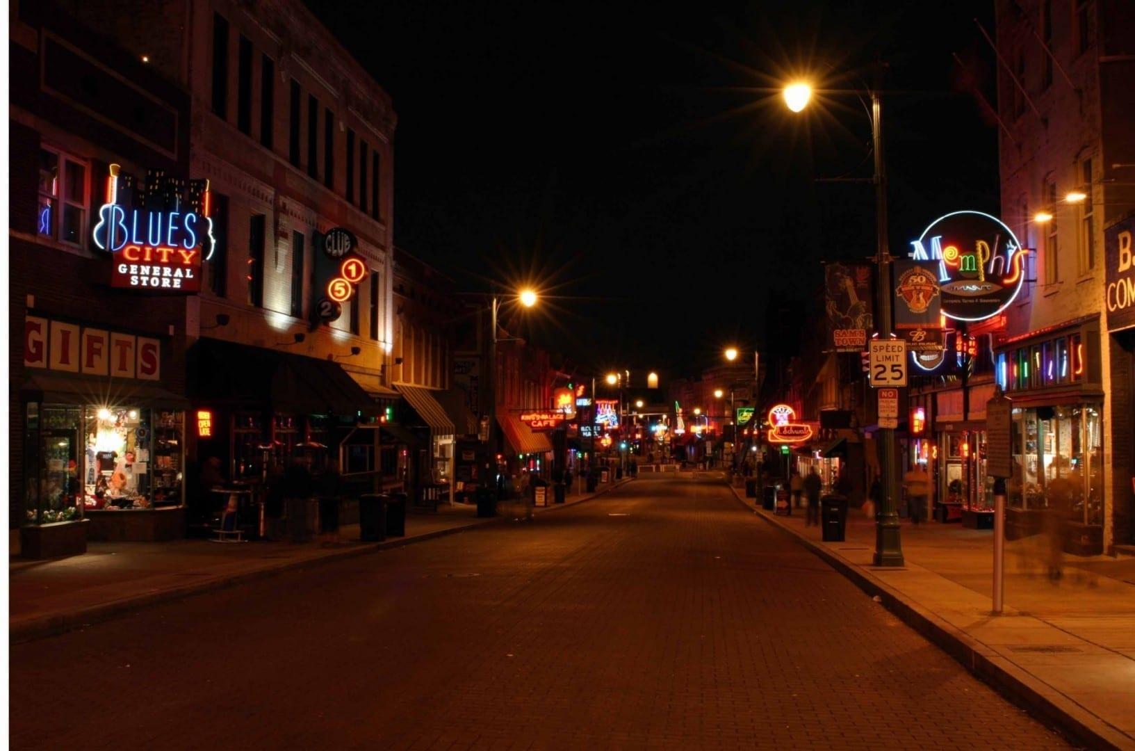 Una calle Beale vacía después de que los bares hayan cerrado Memphis (Tennessee) Estados Unidos