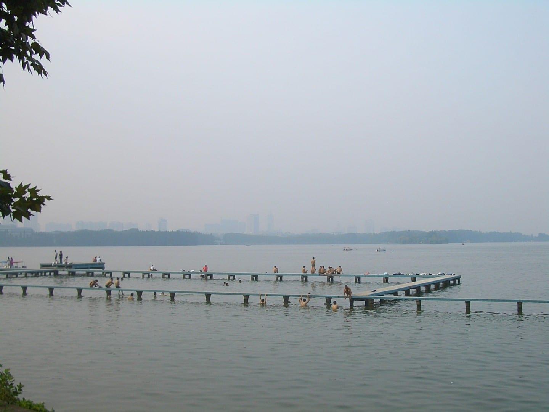 Una popular zona de natación en el Parque Liyuan en el Lago Este, como se vio en 2008 Wuhan China