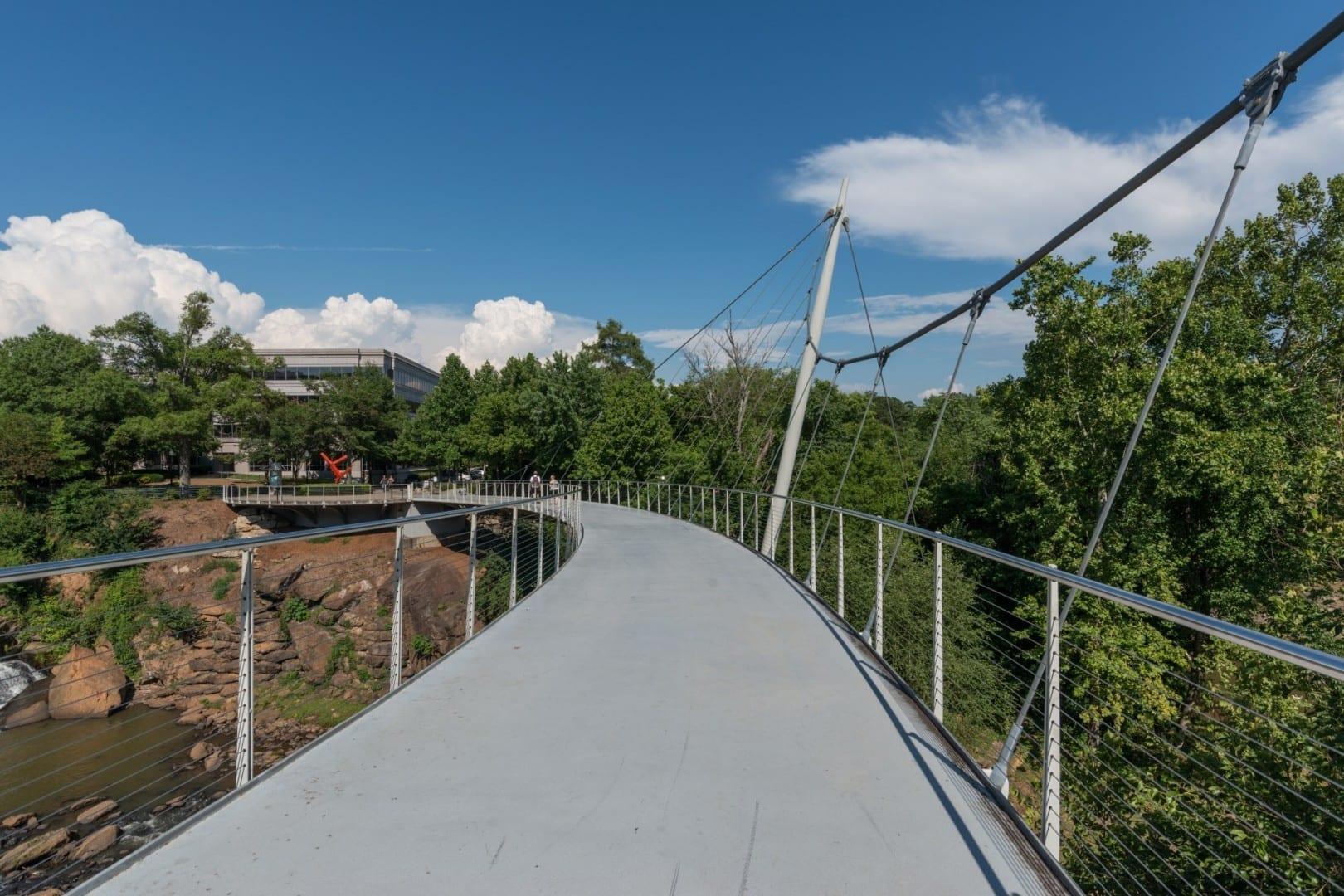 Una vista del oeste del Puente de la Libertad, Falls Park en el Reedy Greenville SC Estados Unidos