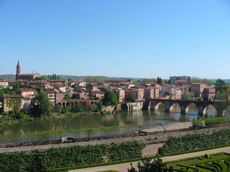 Una vista del puente viejo y parte de la ciudad vieja Albi Francia