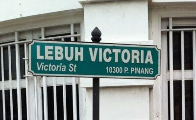 Uno de los carteles bilingües de George Town, que en este caso, está en la calle Victoria. George Town Malasia