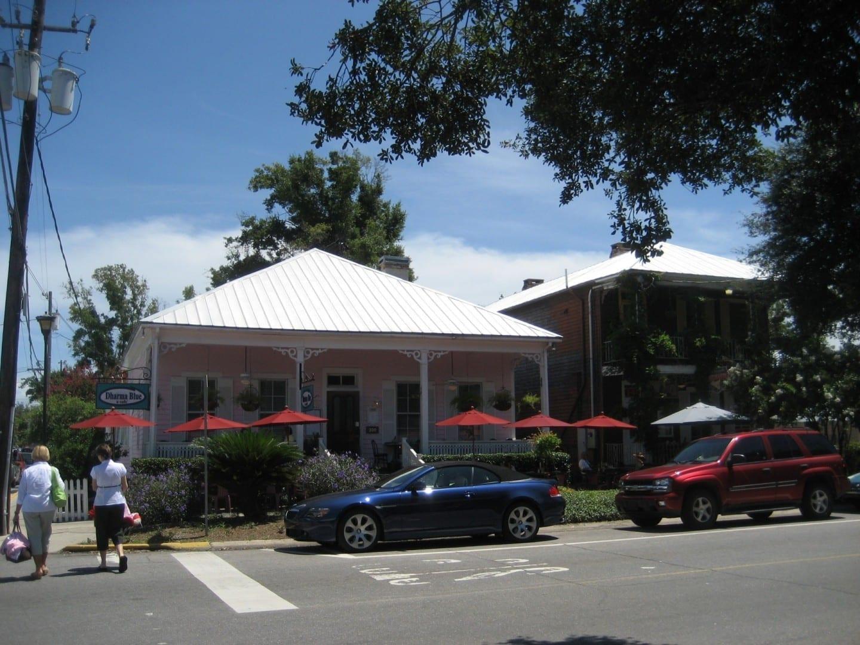 Varios restaurantes locales están alrededor de la Plaza de Sevilla Pensacola (Florida) Estados Unidos