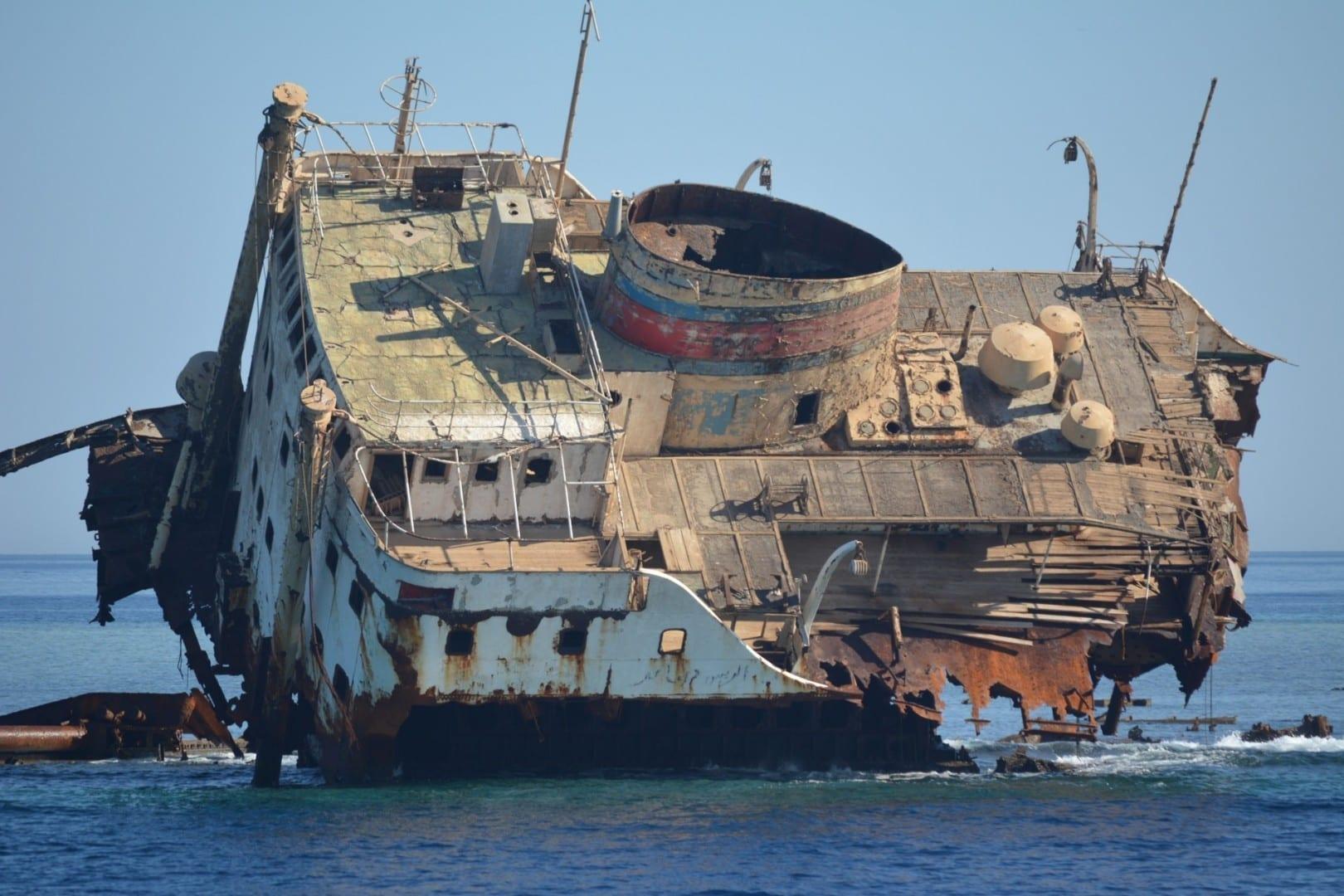 Viejo naufragio ruso en la bahía de Na'ama Sharm el Sheikh Egipto