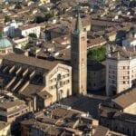 Vista aérea del Duomo y el Baptisterio de Parma Parma Italia