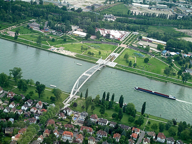 Vista aérea del Rin, mostrando la Pasarela de los Dos Ríos que cruza el río desde Estrasburgo al lado alemán en Kehl Estrasburgo Francia