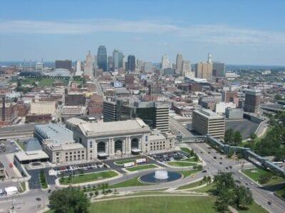 Vista de Kansas City desde la cima del Liberty Memorial. La Estación Unión está en primer plano, con el resto del horizonte de KC en el fondo. Kansas City Estados Unidos
