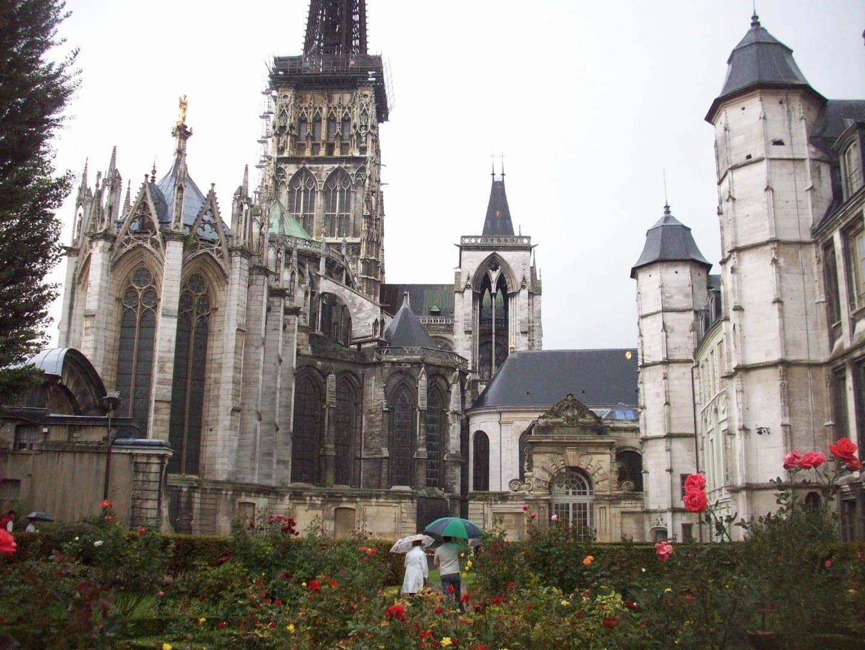 Vista de la parte trasera de la Catedral (izquierda) y del Palacio Arzobispal (derecha) Rouen Francia