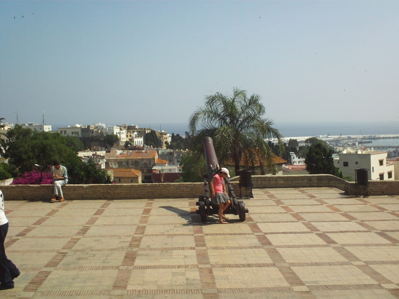 Vista de Tánger, con la costa española al fondo (borrosa por la neblina) Tarifa España