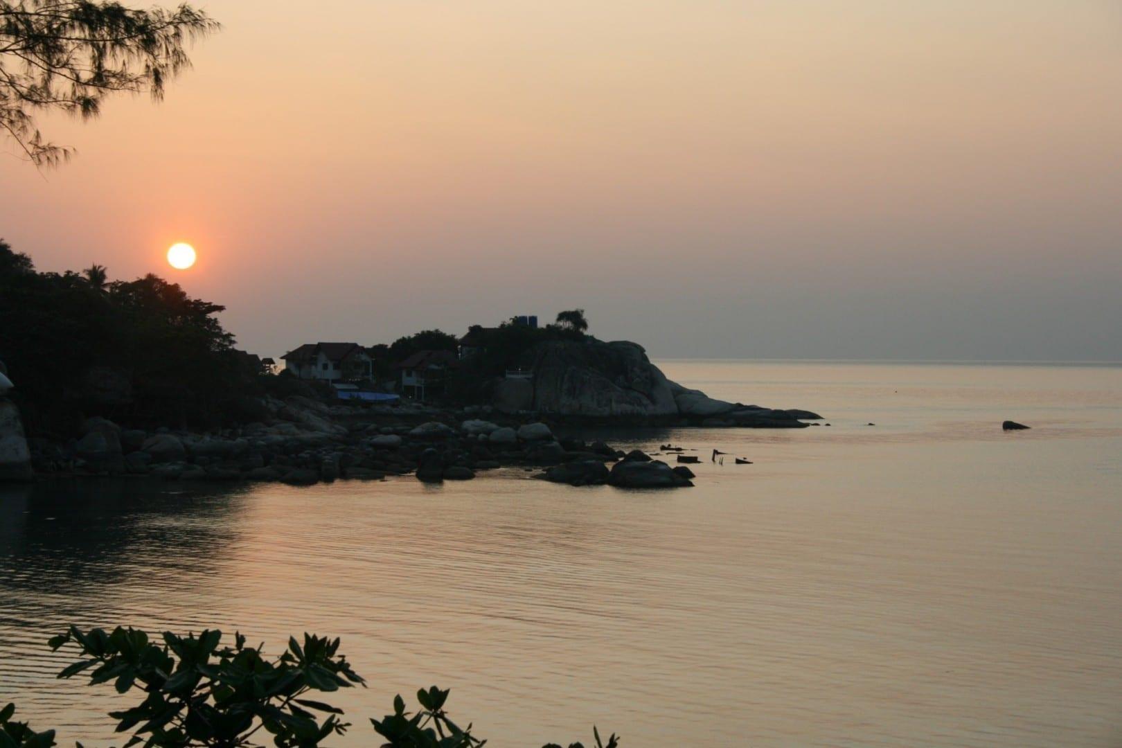 Vista del atardecer desde Mae Haad Koh Tao Tailandia