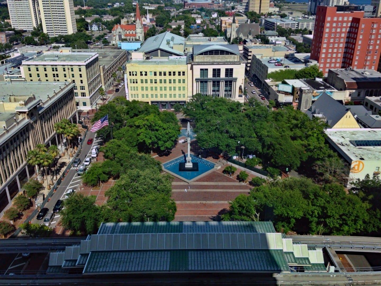 Vista del Parque Hemming mirando hacia el Museo de Arte Contemporáneo de Jacksonville y la Biblioteca Pública Principal. Jacksonville (Florida) Estados Unidos