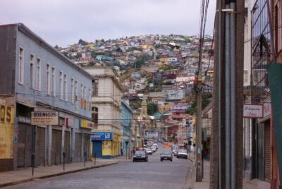 Vista desde el centro de Valparaíso (Chile) hacia uno de los cerros. Valparaiso Chile