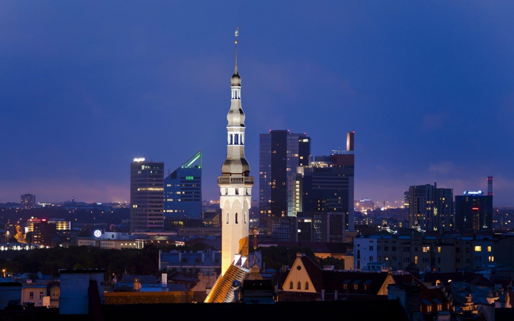 Vista desde la Ciudad Vieja hacia el horizonte moderno de Tallin Tallinn Estonia