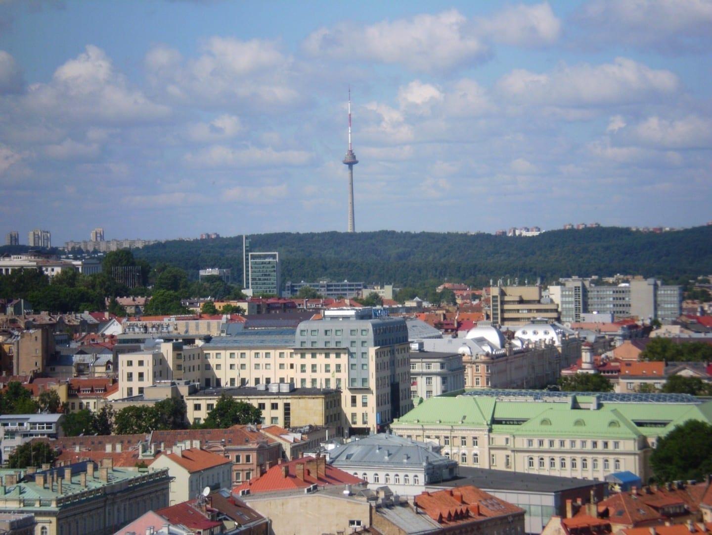 Vista desde la Torre de Gediminas a la Torre de TV en el oeste Vilnius Lituania