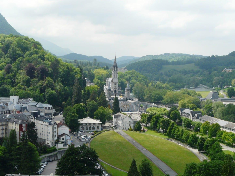 Vista panorámica de Lourdes con la Basílica del Rosario. Lourdes Francia