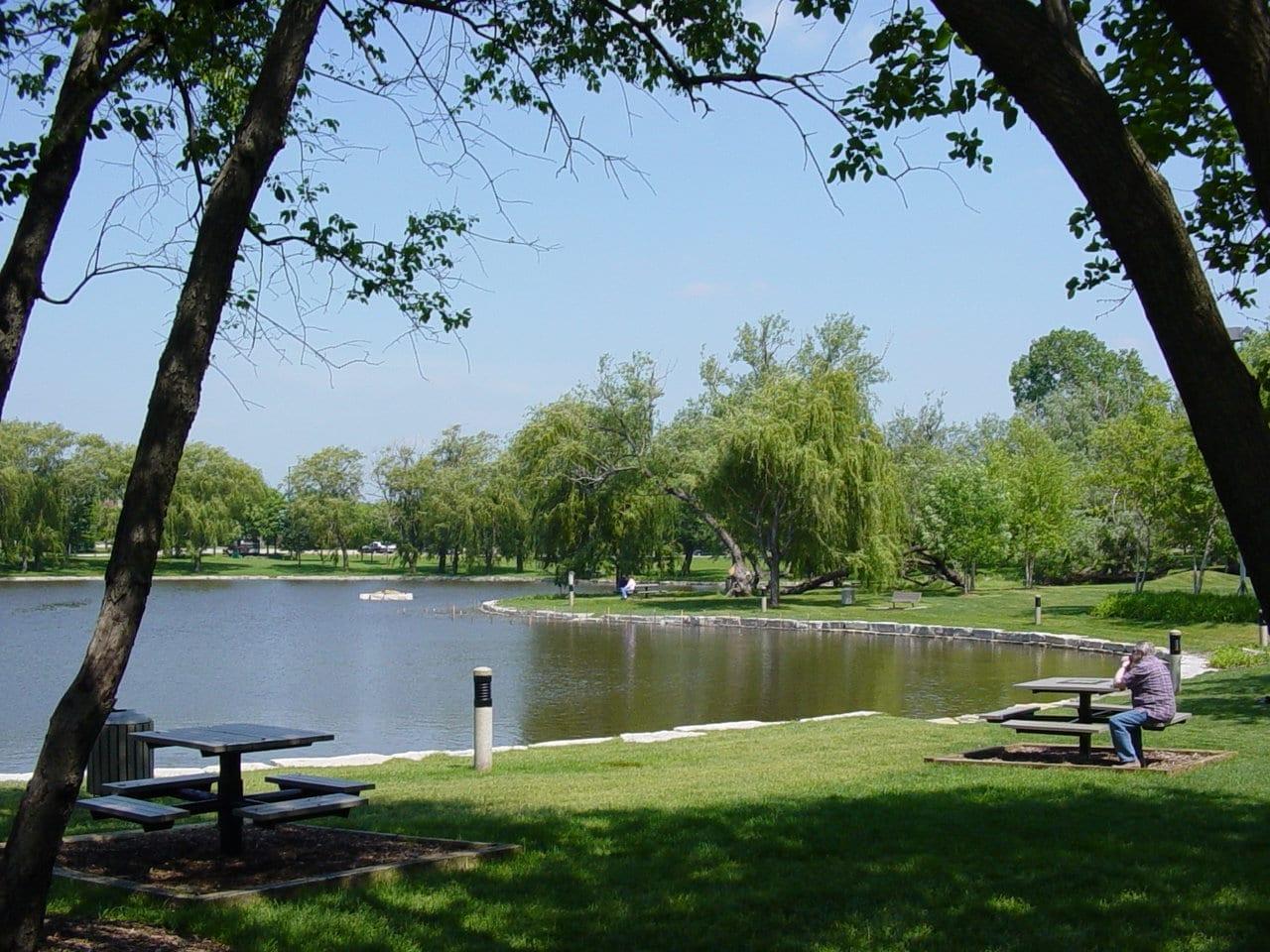 A orillas del lago en el Centro de las Artes de la Pradera Schaumburg IL Estados Unidos