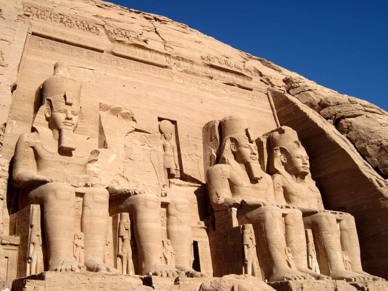 Abu Simbel: inmensas estatuas de Ramsés II (mirando hacia arriba desde la entrada) en el Gran Templo. Abu Simbel Egipto