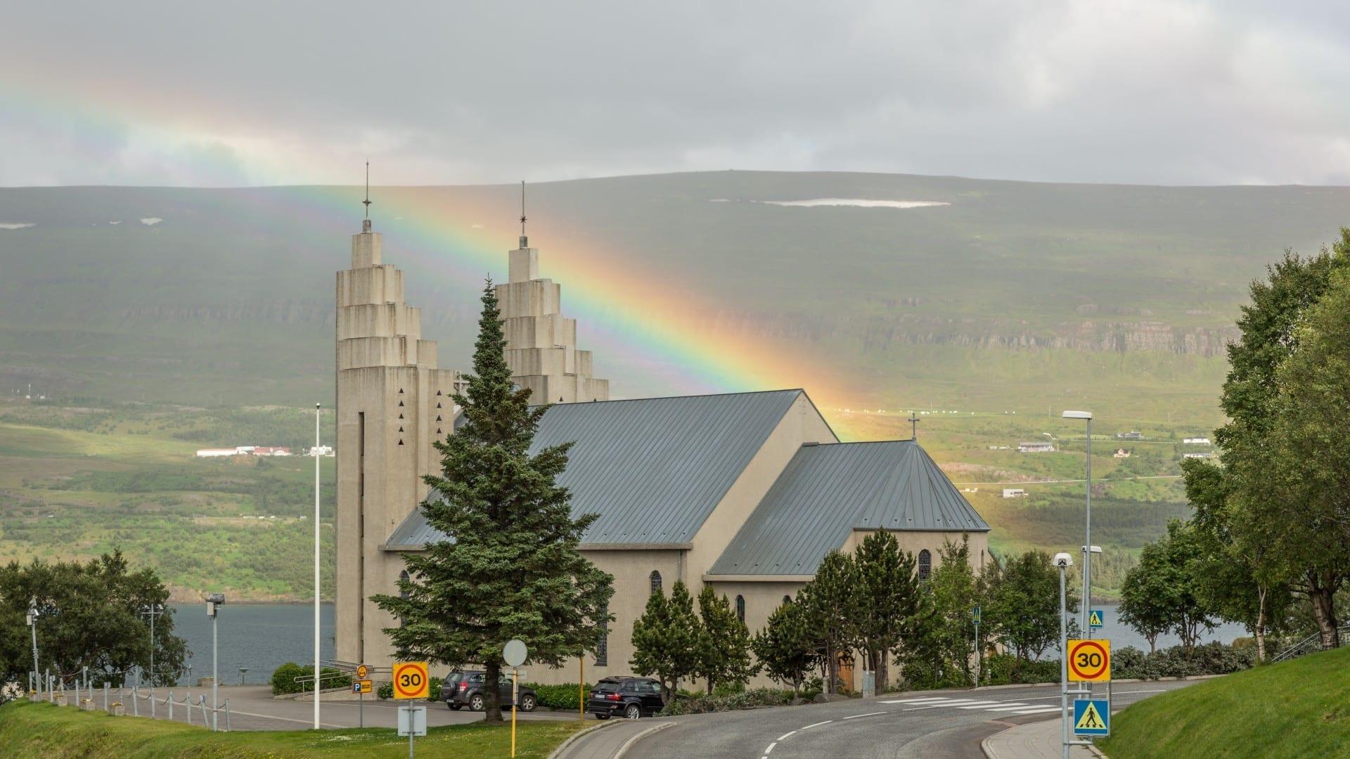 Akureyrarkirkja y el arco iris en Akureyri Akureyri Islandia