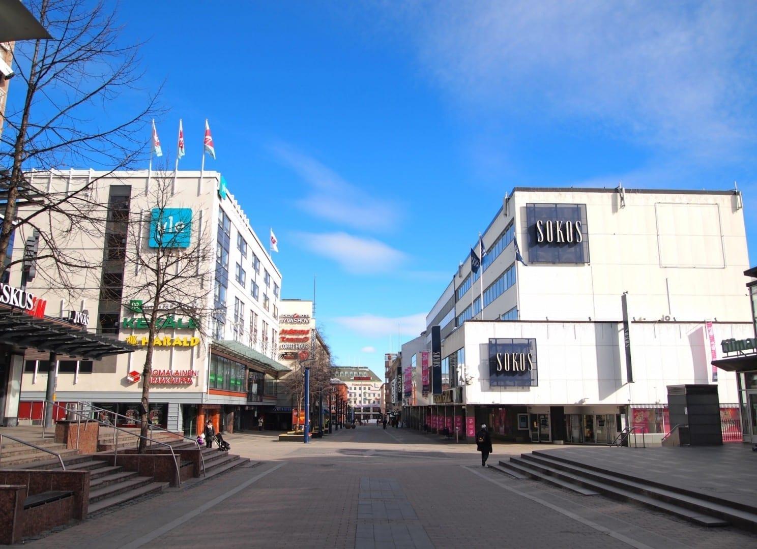 Algunos de los centros comerciales se encuentran alrededor de la calle Kauppakatu en el centro de Jyväskylä Jyvaskyla Finlandia