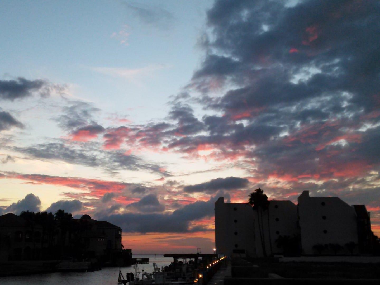 Amanecer en la cercana isla de South Padre. Las mañanas aquí tienden a presentar un cielo luminoso con una variedad de colores. Brownsville Estados Unidos