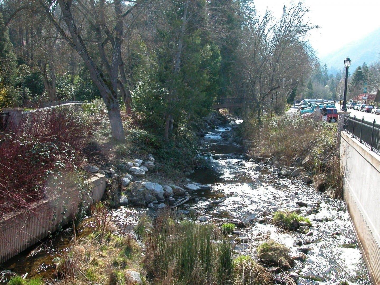 Ashland Creek y Winburn Way en Lithia Park Ashland Estados Unidos