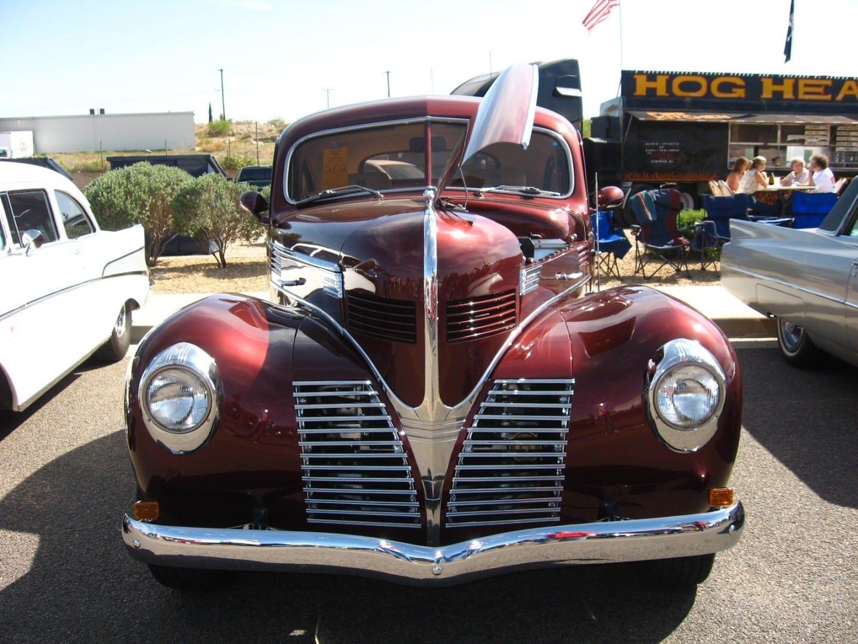 Autos clásicos en exhibición durante la Carrera de la Diversión de la Ruta 66 Kingman AZ Estados Unidos
