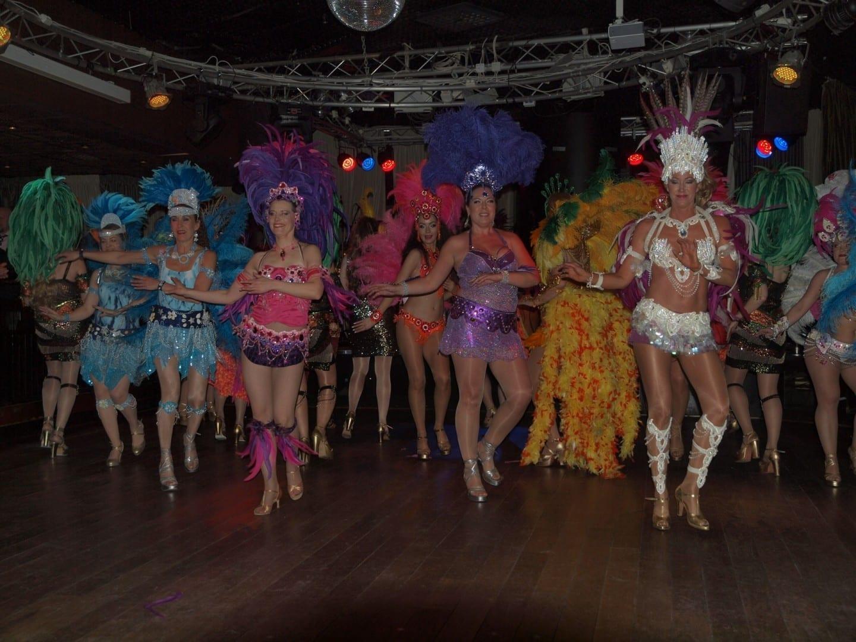 Bailarines de samba en el Carnaval de Invierno. Vantaa Finlandia