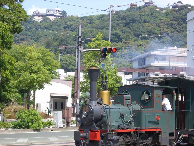 Botchan Ressha es una vista común en el centro de la ciudad. Matsuyama Japón