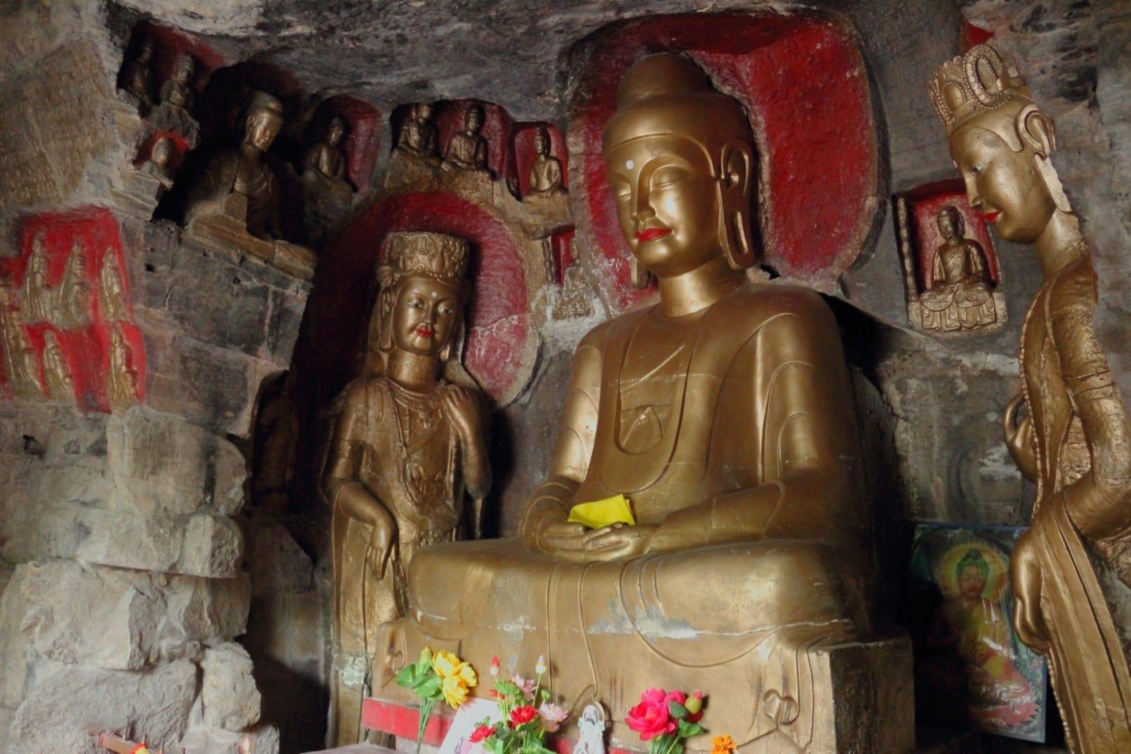 Budas tallados y pintados en el punto panorámico de la montaña Qianfo. Jinan China