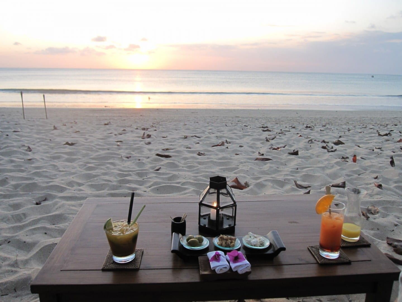 Cócteles al atardecer en uno de los hoteles de Jimbaran Jimbaran, Bali Indonesia