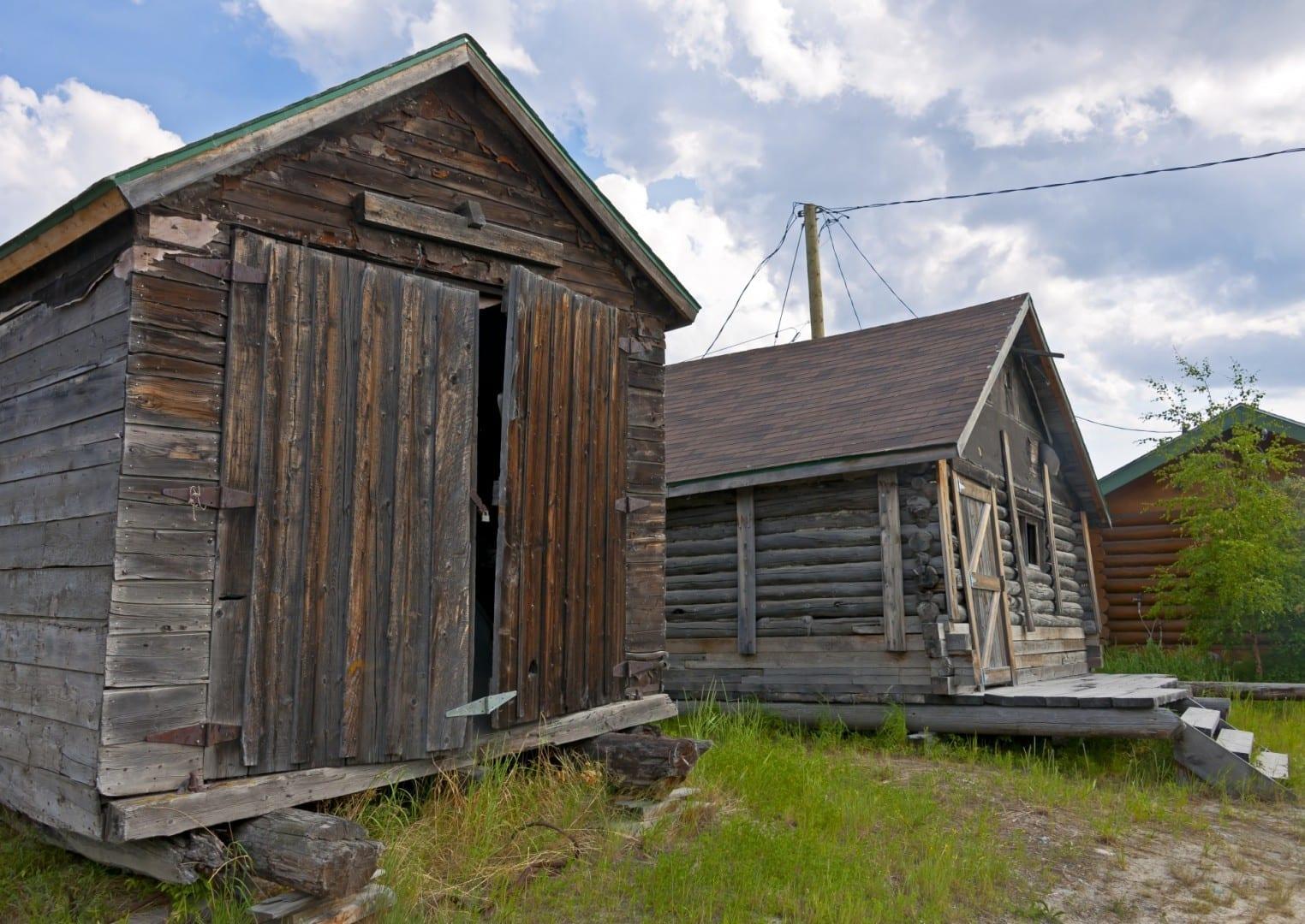 Cabañas de los primeros días de la ciudad en la Ciudad Vieja Yellowknife Canadá