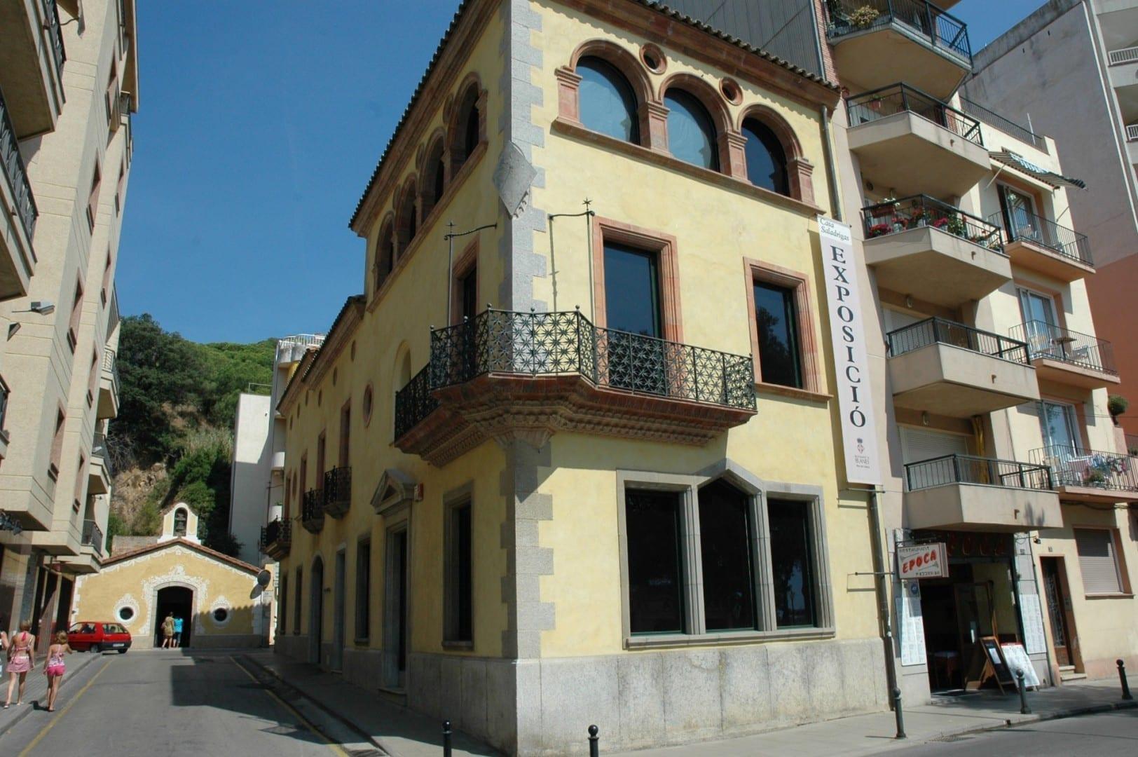 Casa Saladrigas (frente) y la Capilla de Esperanza (fondo). Blanes España