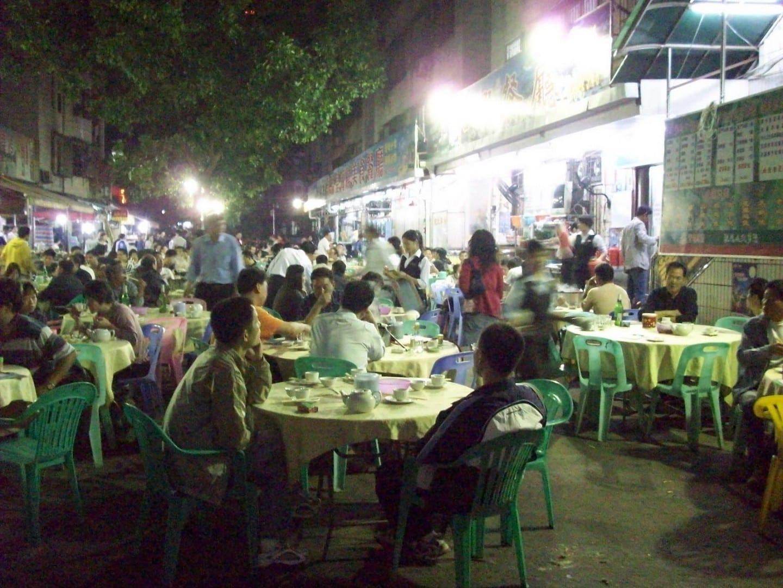 Cena informal en la calle en Gongbei. Zhuhai, Macao China