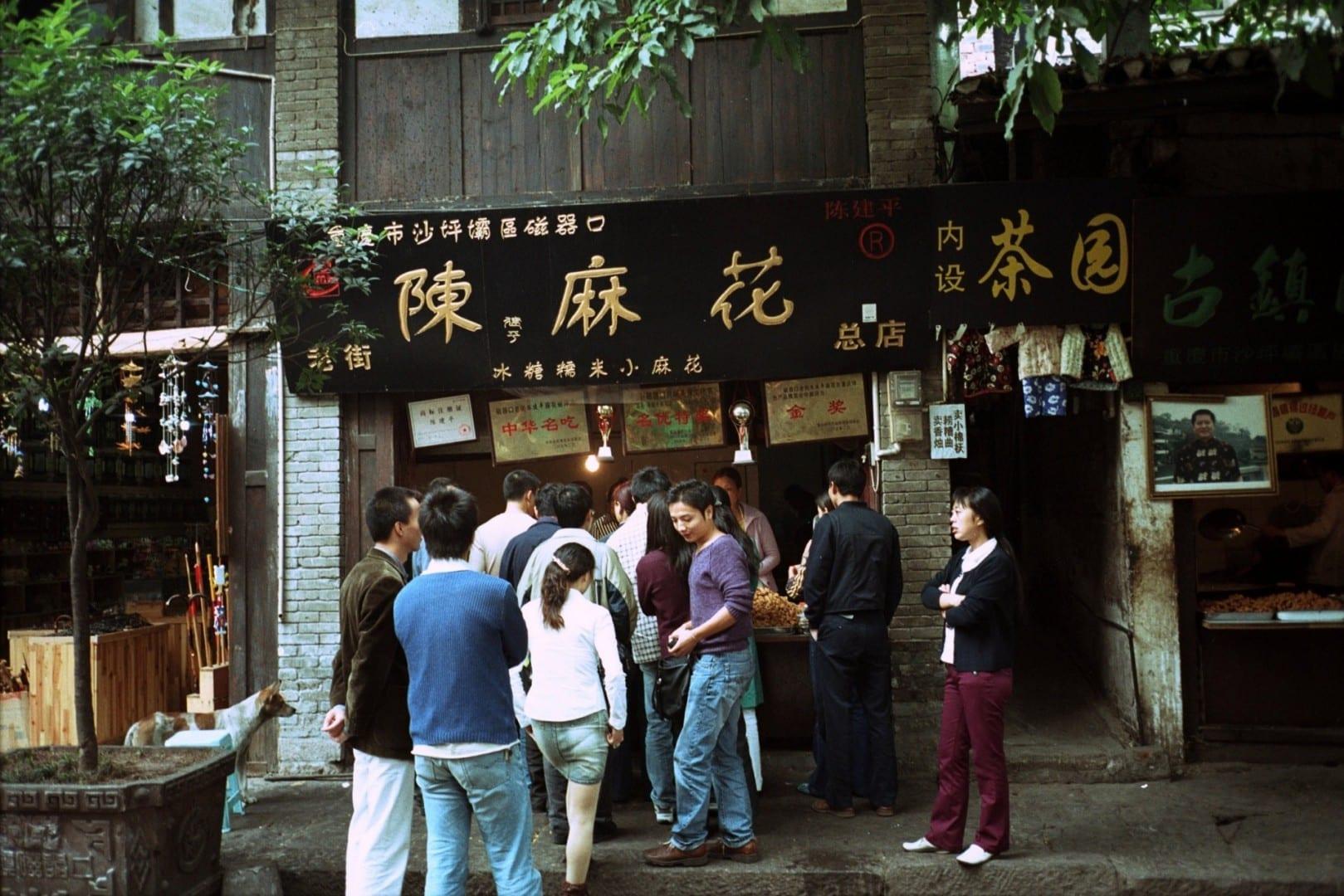 Clientes haciendo cola en una tienda de bocadillos en Chongqing. Chongqing China
