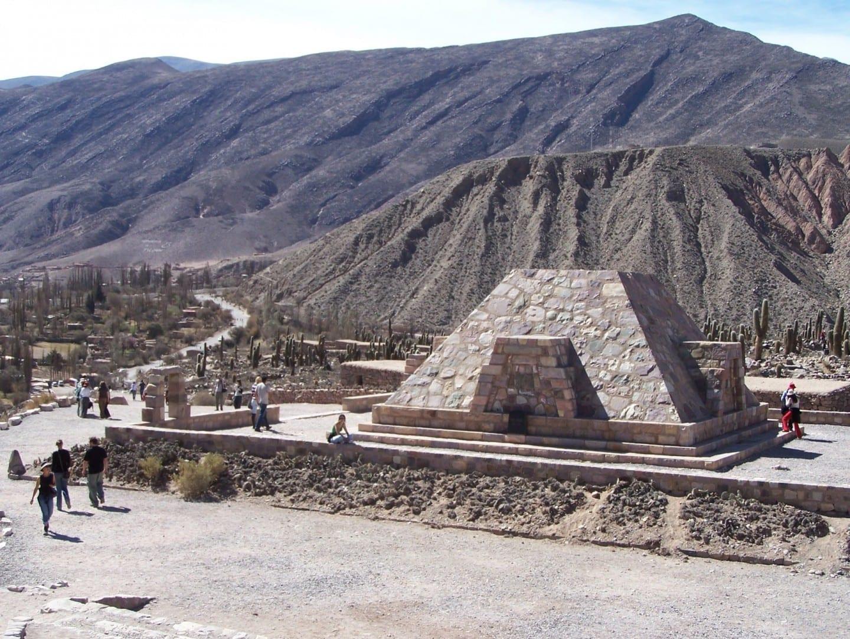 con el monumento en la parte superior Tílcara Argentina