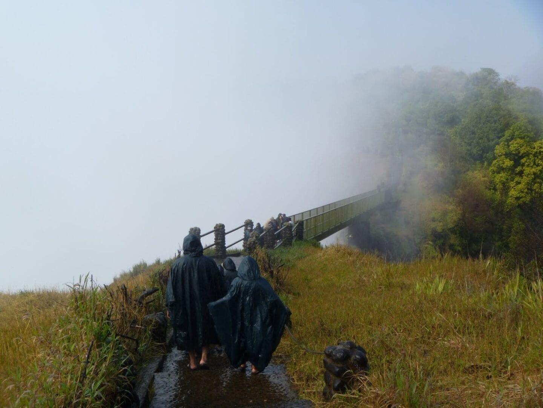 Considere la posibilidad de contratar un impermeable antes de caminar por el parque Livingstone Zambia