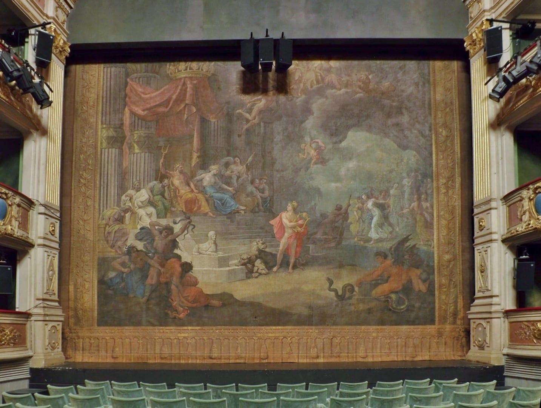 Cortinas que muestran una escena de la leyenda de Orfeo, en el teatro Charles Dullin Chambery Francia