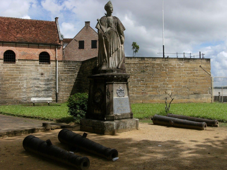 Cuando Surinam se independizó, la estatua de bronce de 1923 de la Reina holandesa Wilhelmina fue trasladada de lo que ahora es la Plaza de la Independencia a este lugar. Paramaribo Surinam