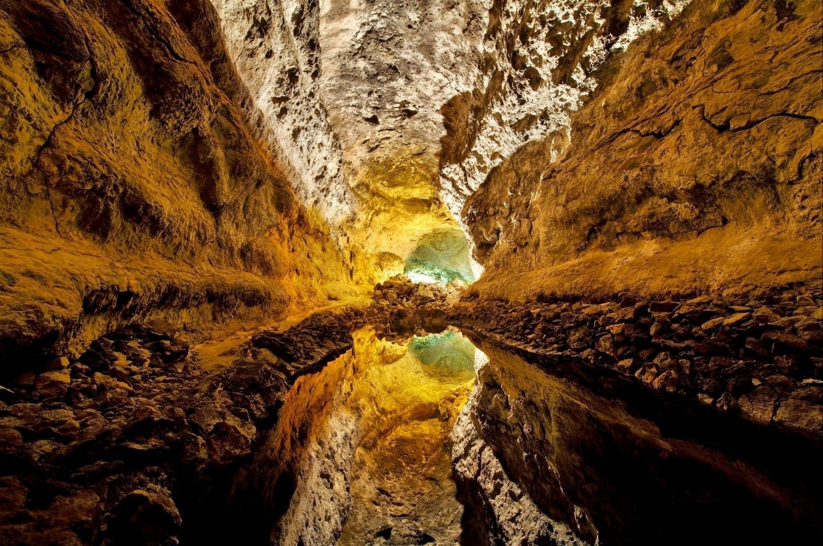 Cueva de los Verdes, con el techo reflejado en el agua en el suelo del tubo de lava Lanzarote (Islas Canarias) España