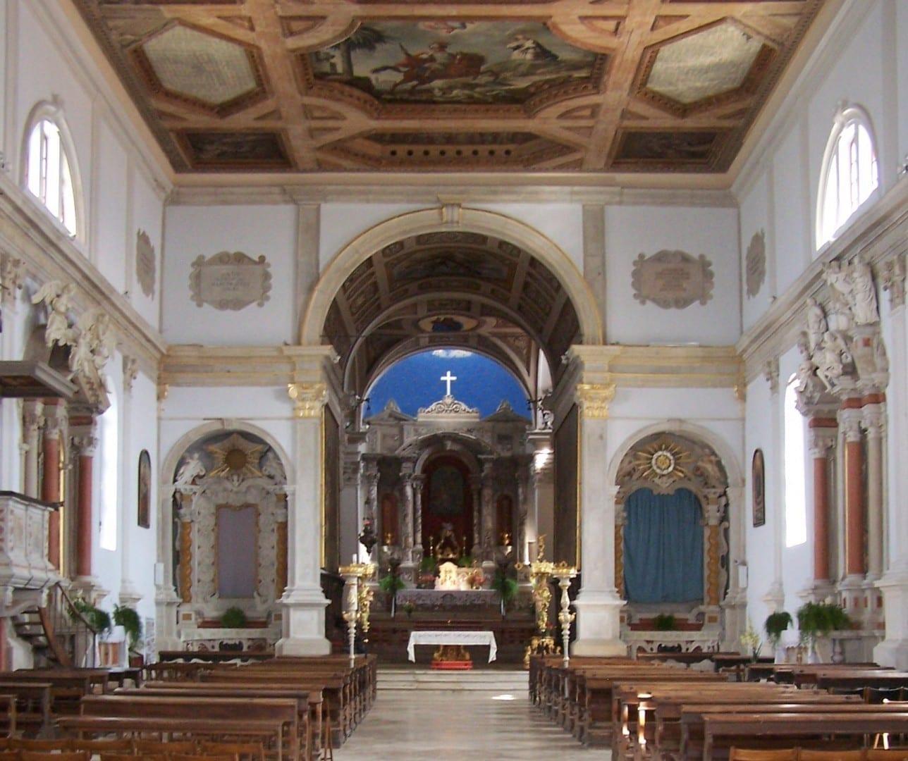 Dentro de la Iglesia de San Jorge Piran Eslovenia