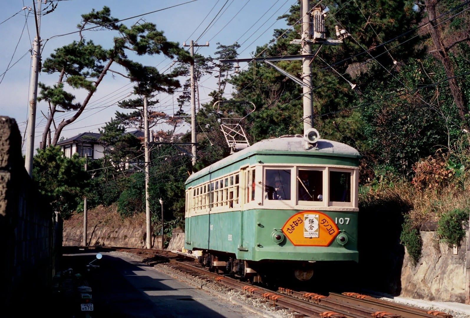 Disfruta de la vista del mar desde el viejo tren de Enoden Kamakura Japón