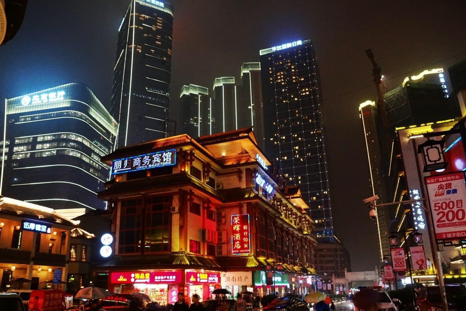 Edificios históricos y modernos en el distrito de Wuyi Changsha China
